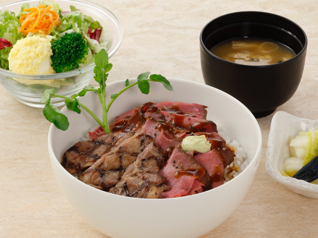 牛タンとローストビーフのハーフ&ハーフ丼